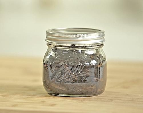 熬製好的蔥油放在玻璃罐中保存。