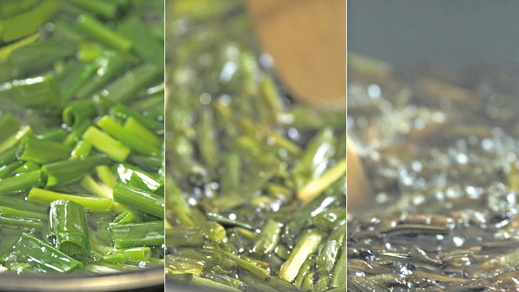 炸蔥油的步驟: 左圖:中火翻動蔥段20分鐘左右。中圖:蔥出水且開始變黃後,再微調爐火。右圖:加入醬油與糖繼續翻炒。