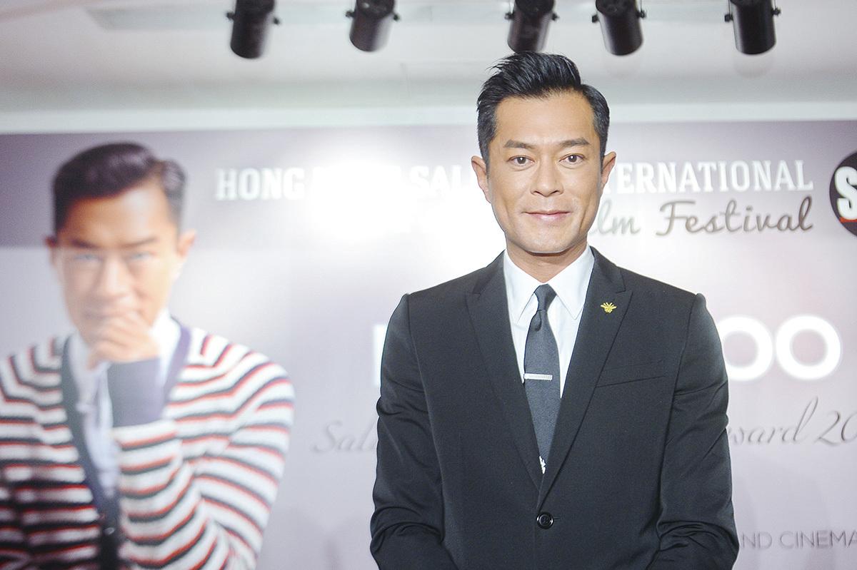 古天樂(古仔)13日出席《第七屆香港薩蘭托國際電影節》活動,獲頒發香港傑出演員獎項,在台上分享連環獲獎喜悅。(宋碧龍╱大紀元)