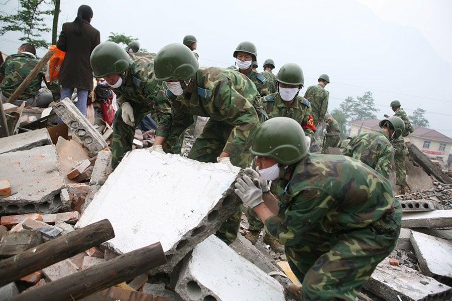 2008年5月12日,四川汶川大地震造成6.9萬人死亡、逾37萬人受傷。據悉,造成如此大的死亡,主要是中共製造的人禍,包括災民質疑的中共隱瞞地震預警、「豆腐渣」校舍、延誤72小時黃金救援時間等。(China Photos/Getty Images)