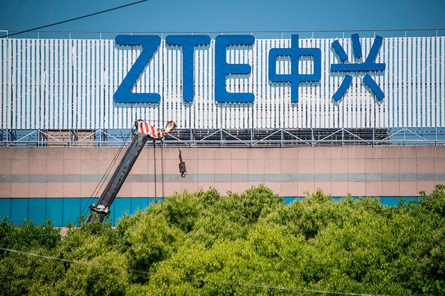 美國總統特朗普周日(5月13日)在推特發文表示,他正在跟習近平合作,給中國電信公司中興通訊一條「恢復業務的途徑」。(JOHANNES EISELE/AFP/Getty Images)