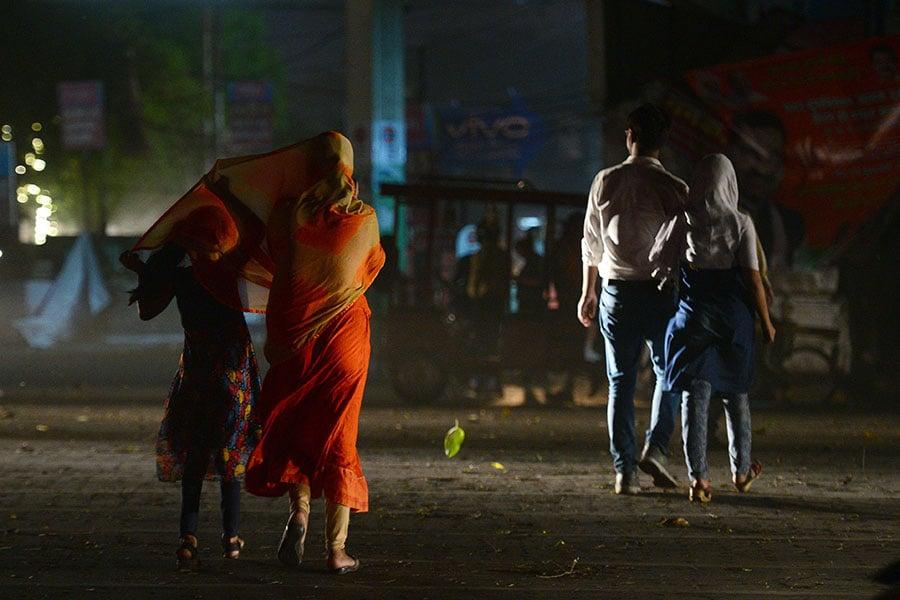 印度北部再次遭到新一波沙塵暴與雷暴侵襲,造成超過40人喪生,印度首都交通大亂。(SANJAY KANOJIA/AFP/Getty Images)