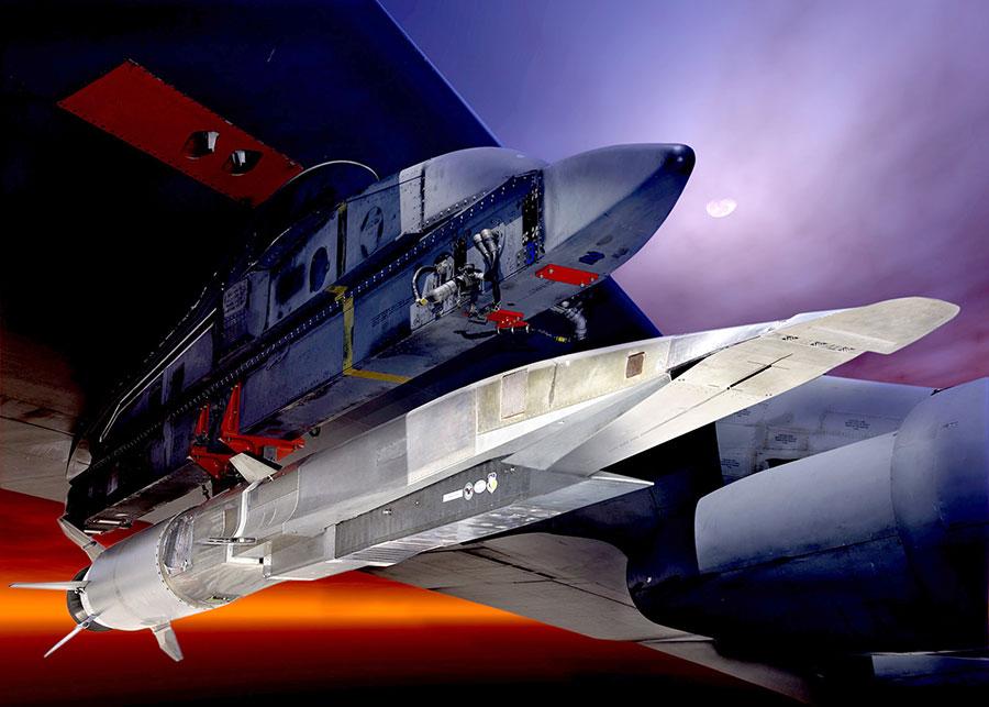 X-51A型Waverider超音速飛行試驗車將在B-52 Stratofortress機翼下超音速飛行。(U.S. Air Force圖片)