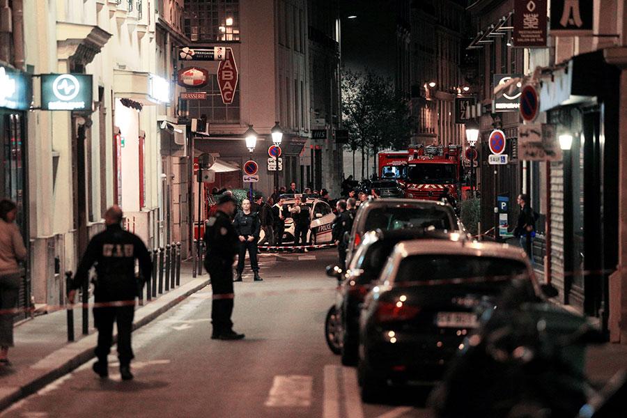 巴黎警方在現場調查。(GEOFFROY VAN DER HASSELT/AFP/Getty Images)