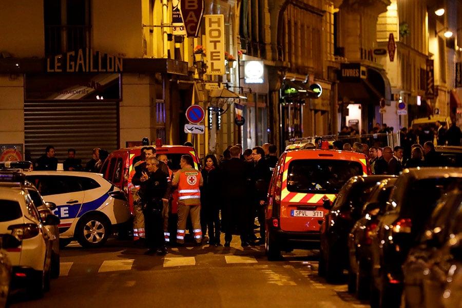 上周六晚上,一名男子在法國巴黎市中心持刀襲擊五人,造成至少一人死亡,四人受傷,疑犯遭警方擊斃,之後被證實是車臣出生的俄羅斯人。(THOMAS SAMSON/AFP/Getty Images)