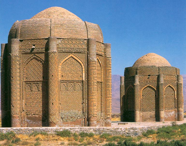 波斯卡拉幹雙子塔,建於1067年,此中為塞爾柱王子的墓穴。(維基百科公有領域)
