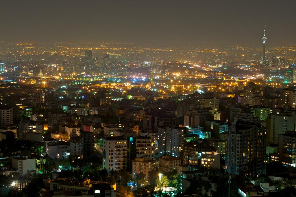 美國總統特朗普上周宣佈退出伊朗核協議,國際社會一片嘩然。一時間,「核協議」被推到了輿論的風口浪尖。有為特朗普的決定叫好的,但也有擔心特朗普打開了潘朵拉魔盒,可能帶來中東危機。圖為伊朗首都德黑蘭。(Babak Farrokhi/Wikimedia commons)