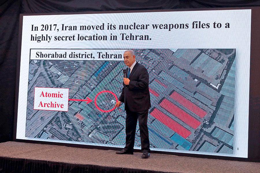 以色列總理內塔尼亞胡4月30日在向民眾發表的電視講話中展示了以色列情報機構摩薩德所竊取的有關伊朗核項目的文件。(JACK GUEZ/AFP/Getty Images)