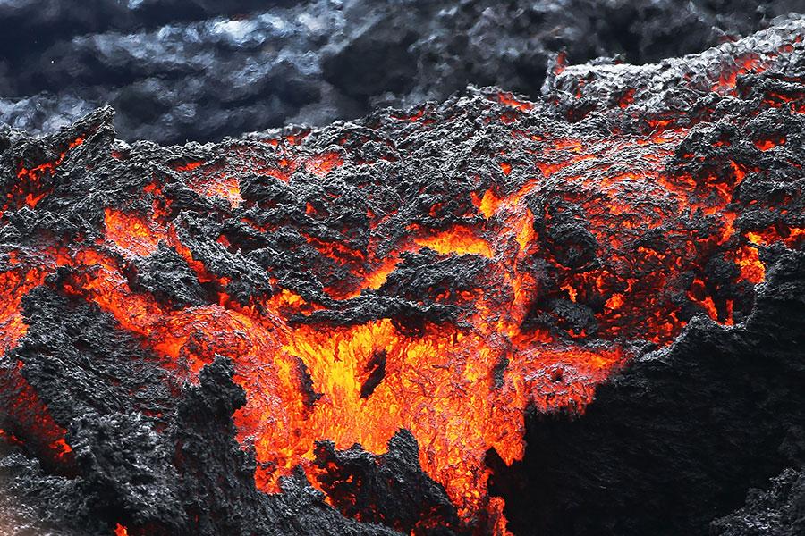 夏威夷的基拉韋厄火山周六(5月12日)撕開多條裂縫,噴出少量熔岩,加劇了人們對火山大爆發的擔憂,促使美國地質調查局警告,更多的災難將來臨。(Mario Tama/Getty Images)