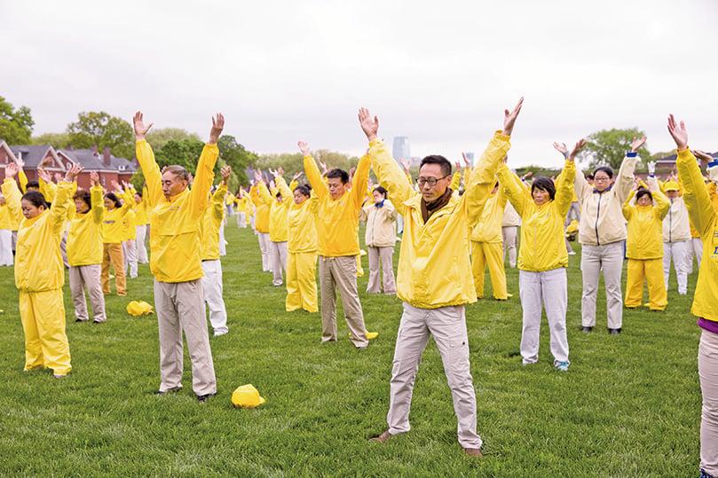 2018年5月13日,紐約部份法輪功學員在總督島公園(Governor's Island)舉行大型煉功排字活動慶祝世界法輪大法日。(William Wang/新唐人)