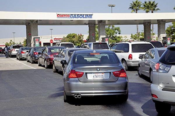 美國汽油均價近日達到每加侖2.86美元,個別州已突破3美元。專家認為,由於美國經濟同時增長,人們不必過於擔心油價對美國經濟的影響。圖為南加州一家Costco加油站。(大紀元/季媛)