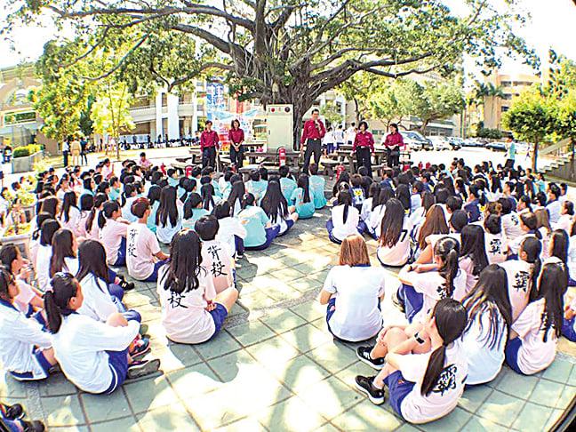 圖為今年四月消防英雄聯盟到高雄市立高雄高級商業職業學校向學生講解防火及逃生知識。(消防英雄聯盟fb)