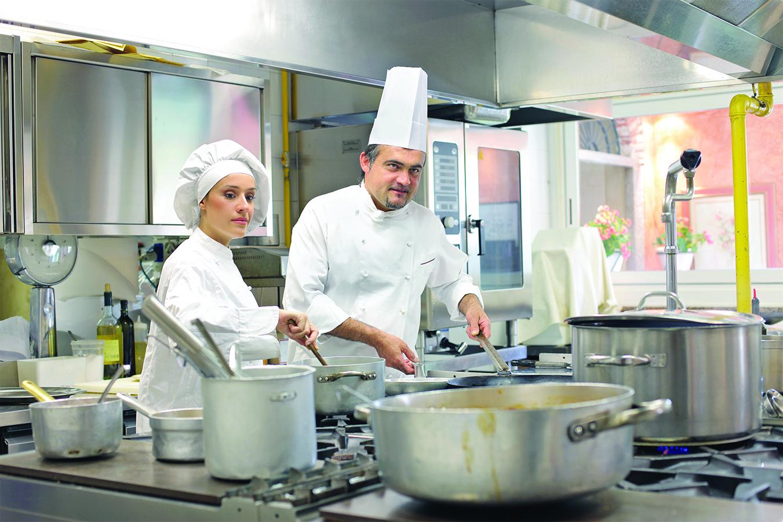 大廚休假時餐廳由老羅親自主廚,羅太太收銀之餘,也負責管理旅社營運。