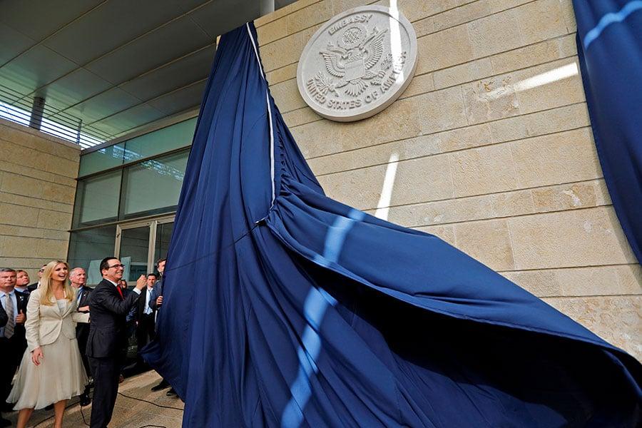 美國在耶路撒冷新使館的開館儀式由美國總統特朗普的女兒伊萬卡和美國財政部長姆欽主持。(MENAHEM KAHANA/AFP/Getty Images)