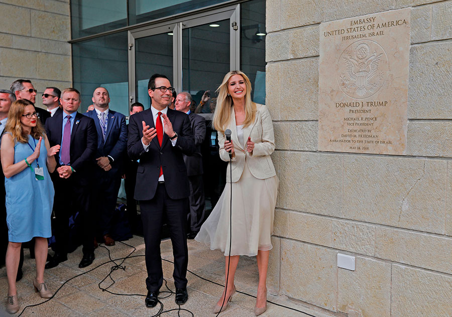 美國駐以色列大使館於周一(5月14日)從特拉維夫正式遷往耶路撒冷。美國總統特朗普的女兒伊萬卡(右一)和女婿庫什納、美國財政部長姆欽(右二)參加了周一舉行的新大使館開幕典禮。(MENAHEM KAHANA/AFP/Getty Images)