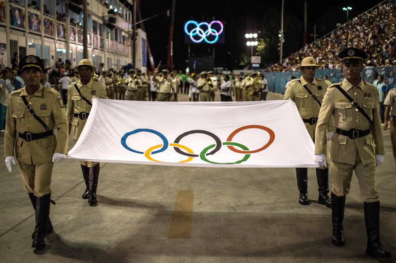 圖為2月8日在巴西舉行的狂歡節上展示的奧運會旗幟。(AFP / CHRISTOPHE SIMON)