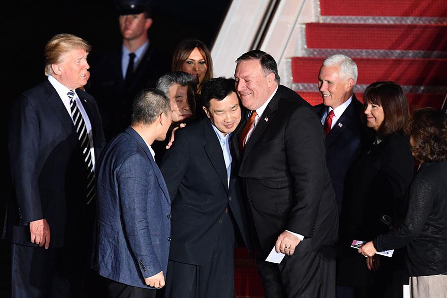 美國國務卿蓬佩奧5月10日從北韓返美,並帶回3名被北韓扣押的美國人質。(NICHOLAS KAMM/AFP/Getty Images)
