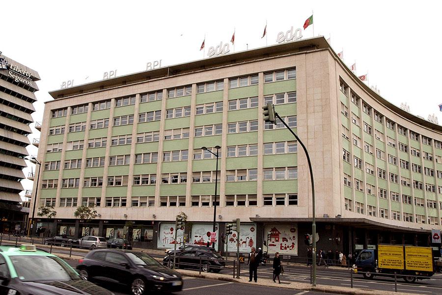 中國三峽集團日前擬出價90.7億歐元(108億美元)收購葡萄牙主要能源營運公司EDP剩餘的近77%股權。多家外媒指出,這一收購可能會遭美國及其它西方國家的嚴格審查。圖為EDP在里斯本的總部。(Shatabisha/Wikimedia commons)