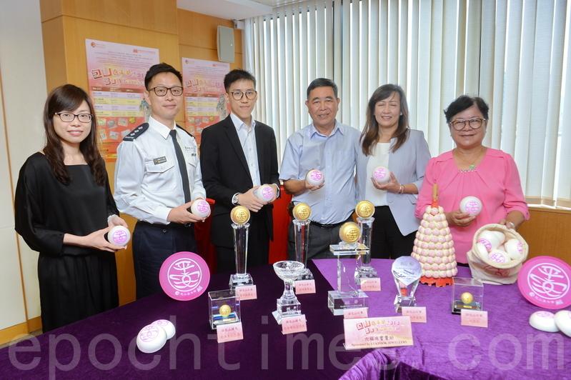 「搶包山比賽」下周二舉行,昨日香港長洲太平清醮值理會主席翁志明(右三)等在記者會上展示比賽的平安包及獎杯。(宋碧龍/大紀元)