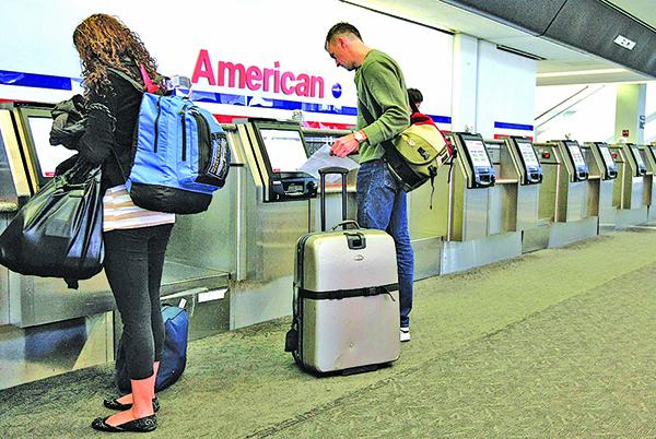 美國航空是推動行李花式收費的先鋒。(Getty Images)