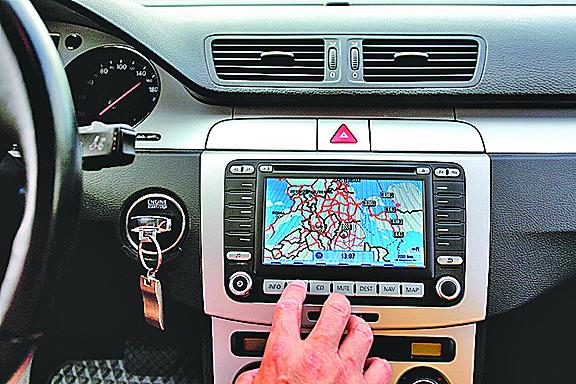GPS指路惹禍 加女駕車開進湖