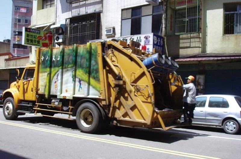 華爾街日報網站報道,台灣人口稠密,資源回收可媲美德國等先進國家,依靠的是全面戰略,包括音樂垃圾車、付費垃圾袋等。圖為台灣的垃圾車在大街小巷穿梭。(林寶雲/大紀元)