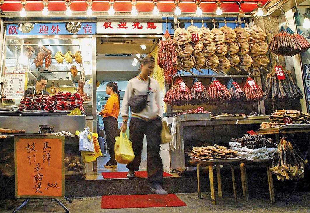 香港有不少廣東話歇後語,都跟飲食文化息息相關。圖為一燒臘店。(TED ALJIBE/AFP/Getty Images)