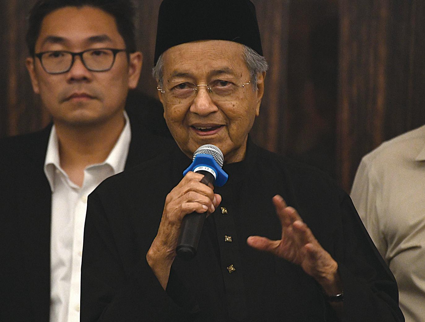 前首相馬哈迪在馬來西亞第14屆大選中獲勝。此前他承諾,若他當選,將徹查中國資本。圖為92歲的馬哈迪。(MANAN VATSYAYANA/AFP/Getty Images)