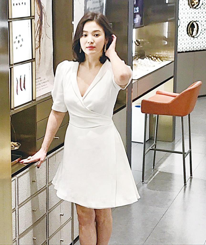 宋慧喬在店內看產品時輕撥秀髮,不經意的流露女人味。(網絡圖片)