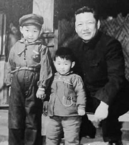 圖為習近平(左)、習近平弟弟習遠平(中)與父親習仲勳的合影。(網絡圖片)