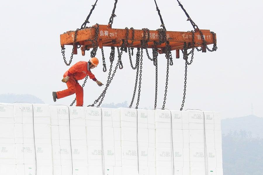 在中美第二輪貿易談判中,中共同意「大幅增加」購買美國產品。美國財政部長姆欽周日(5月20日)說,這個承諾促使美國擱置對中國商品徵收關稅的計劃。(AFP/Getty Images)