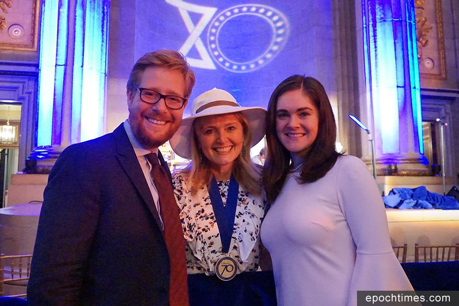 70個受表彰人之一、美國已故國會議員湯姆・蘭托斯的女兒卡翠娜・蘭托斯・斯維特(Katrina Lantos Swett)(中)代表父親接受獎牌,並與女兒、女婿合影。蘭托斯議員是美國國會中唯一的二戰納粹猶太人集中營倖存者。(林帆/大紀元)