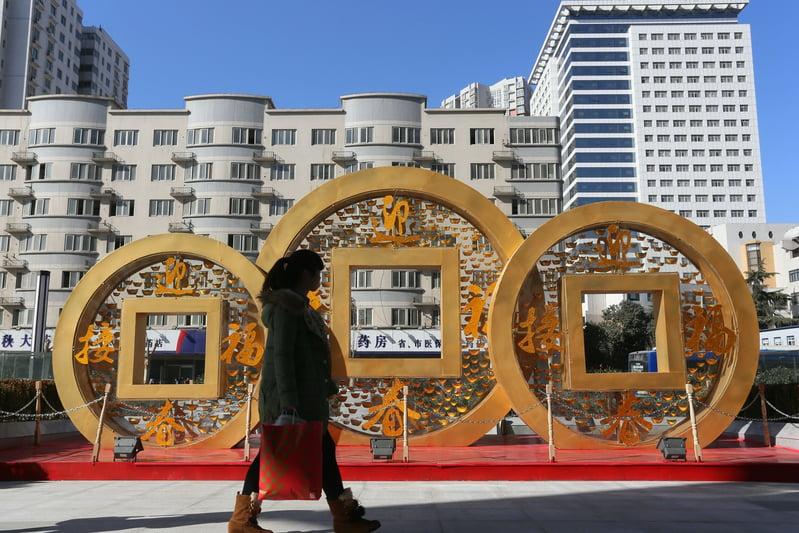 有業界人士認為,中共債台高築,終究要以多印人民幣來稀釋,讓全民買單。(ChinaFotoPress/ChinaFotoPress via Getty Images)