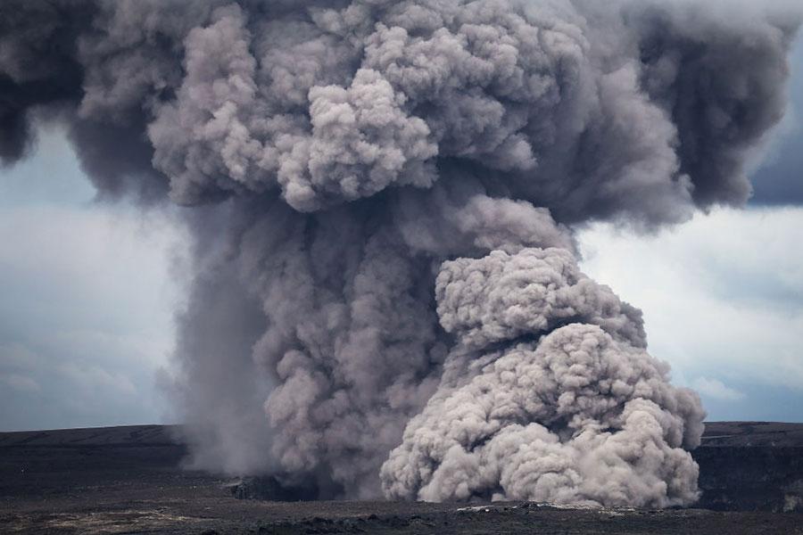 火山噴出熔岩和高濃度的二氧化硫氣體。(Mario Tama/Getty Images)