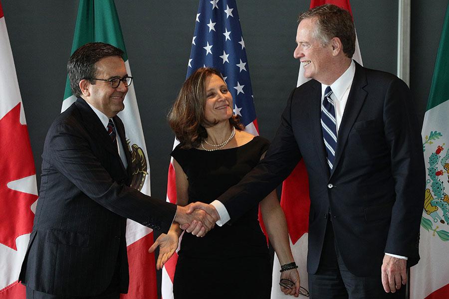本周,美加墨《北美自由貿易協定》(NAFTA)談判進展不順,新版協定想要在年底前生效恐生變數。圖左至右分別為墨西哥經濟部長瓜哈爾多(Ildefonso Guajardo Villarreal)、加拿大外長弗里蘭德(Chrystia Freeland),以及美國貿易代表萊特希澤(Robert Lighthizer)。(LARS HAGBERG/AFP/Getty Images)