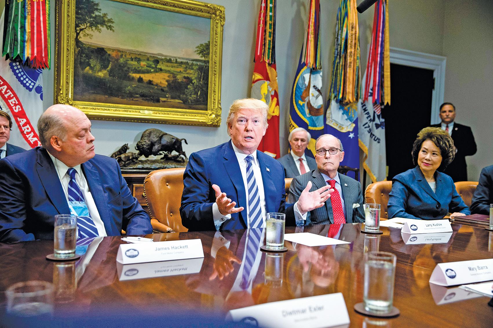 特朗普(左二)上星期五在白宮與全球大型汽車製造商召開行業討論會。(Getty Images)