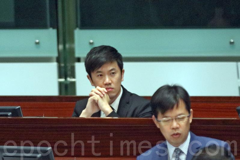 立法會昨日否決建制派就「倒插國旗」事件,提出譴責鄭松泰議案的動議。(蔡雯文/大紀元)