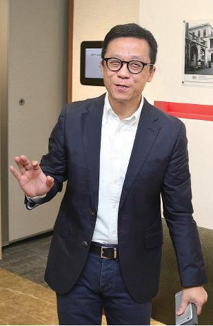 香港電視主席王維基表示,現階段還在積極考慮會否參選立法會,不會排除任何可能性。他指如果不能換特首,對香港將會是災難性結果,又認為香港免費電視牌照前景,視乎梁振英會否被換掉。(余鋼/大紀元)