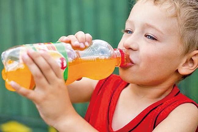 母親在懷孕期間攝取過多糖份、喝汽水,或孩子吃太多甜食,會影響孩子解難能力、記憶力、學習能力及圖像記憶。(shutterstock)