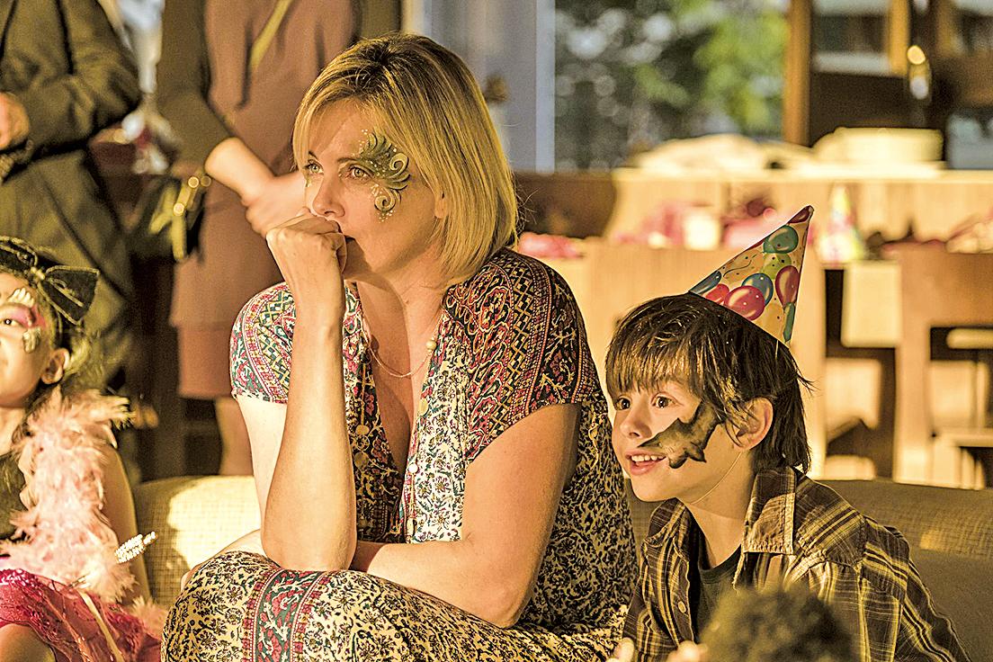 金像影后查理絲花朗飾演三子之母,完美演繹母親照顧孩子的辛酸無助。