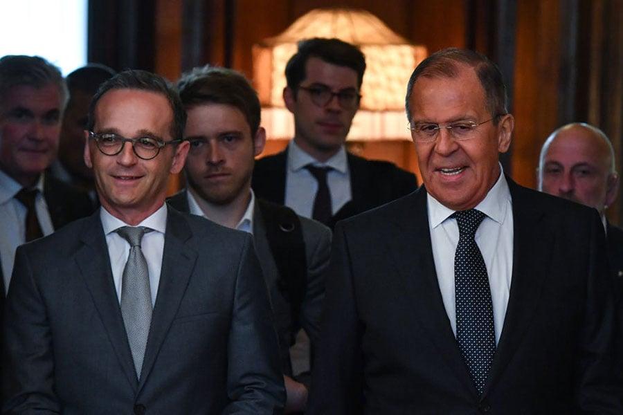 德國外交部長馬斯(左)上任後首次訪問莫斯科,與俄國外交部長拉夫羅夫(右)會晤。(YURI KADOBNOV/AFP/Getty Images)