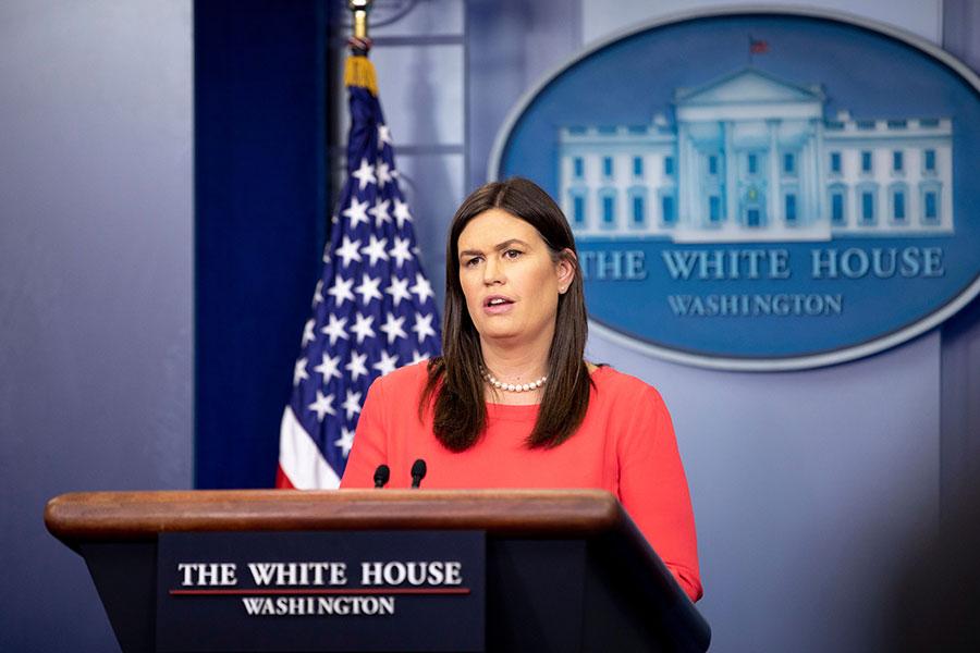 白宮發言人桑德斯5月17日下午在例行新聞簡報會上回答記者提問。(Samira Bouaou/The Epoch Times)
