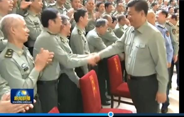 習近平與前排軍科院黨代表握手,但央視並沒有給習近平與站在前排的毛新宇握手的照片。(視像擷圖)