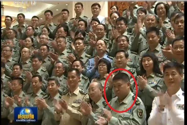 5月16日,習近平一行到軍科院視察、接見該院全體黨代表時,毛新宇站在前排歡迎。(視像擷圖)