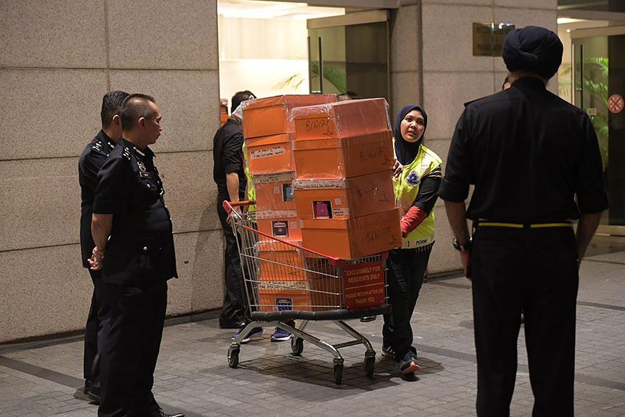 馬來西亞警方突襲搜索前首相納吉的住宅和辦公室,查獲大量設計手提包,其中許多塞滿了現金和珠寶。(AFP PHOTO / THE STRAITS TIMES / ARIFFIN JAMAR)