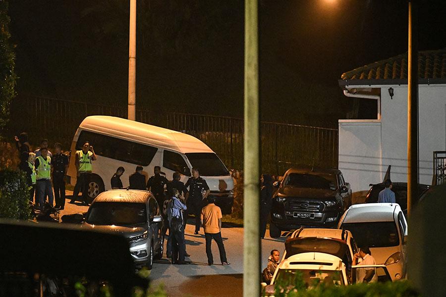 馬來西亞警方為調查涉貪前首相納吉,突襲搜索他的住宅和辦公室,查獲大量設計手提包,其中許多塞滿了現金和珠寶。(AFP PHOTO / Mohd RASFAN)