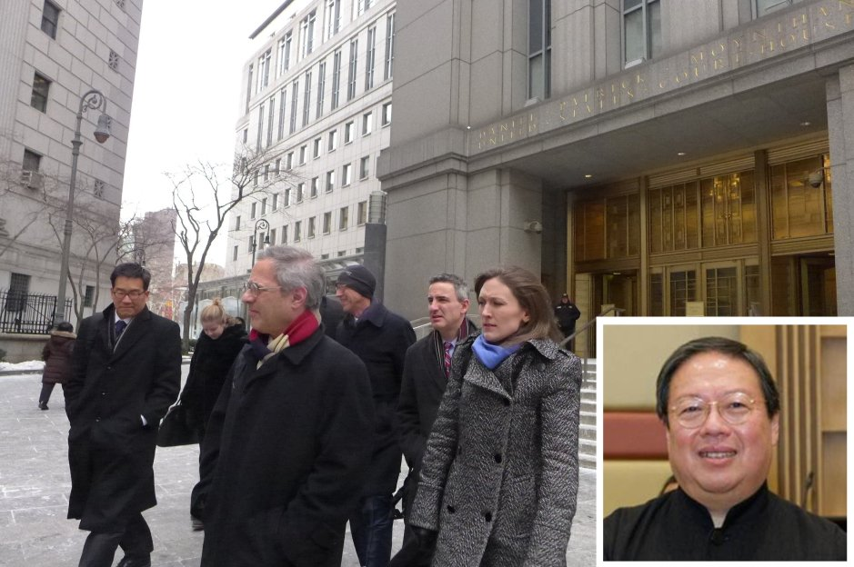 圖為今年一月庭審後,何志平的代表律師團隊離開法庭。左一為他的首席韓裔律師Edward Y. Kim。何志平(小圖)本月初第三度申請保釋,5月17日被法官拒絕。(大紀元合成圖)
