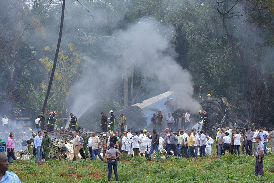 上周五(5月18日),一架波音737飛機從古巴首都哈瓦那(Havana)的何塞・馬蒂國際機場(Jose Marti International Airport)起飛後不久墜毀,造成110人死亡、3人重傷。這是近30年來加勒比海島上最致命的空難。目前,一個黑匣子已經找到。(AFP PHOTO/Adalberto ROQUE)