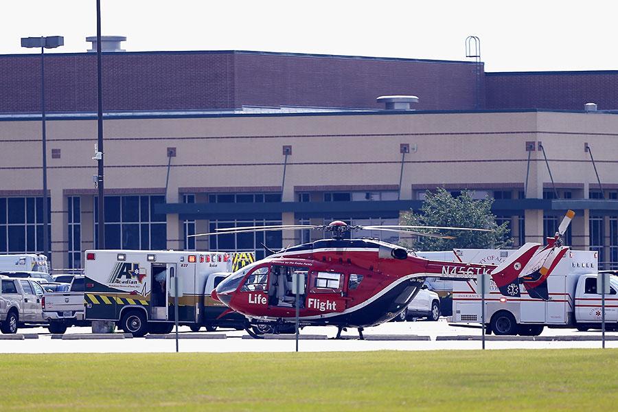 當地時間周五(5月18日)早上,美國德克薩斯州侯斯頓附近一間高中發生槍擊血案。警方確認10人死亡。(Bob Levey/Getty Images)