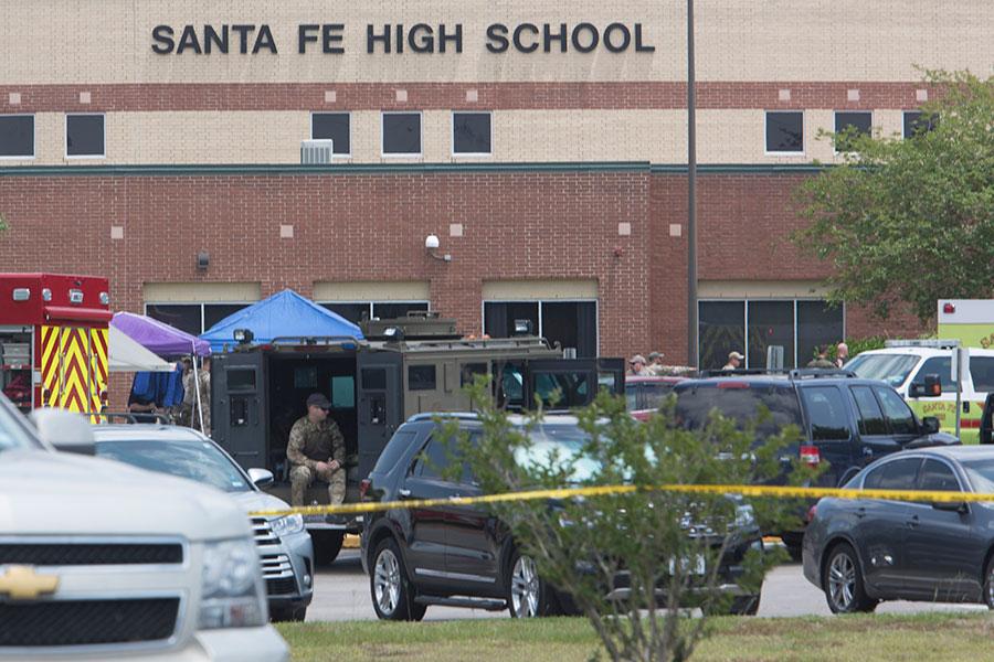 當地時間周五(5月18日)早上,美國德克薩斯州侯斯頓附近一間高中發生槍擊血案。警方確認10人死亡。(DANIEL KRAMER/AFP/Getty Images)